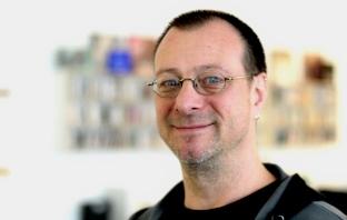 Informationsmanager Michael Steinlechner vor verschwommenem Hintergrund