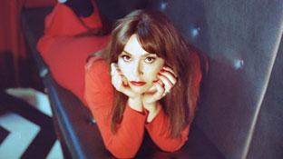 Sofia Portanet im roten Kleid