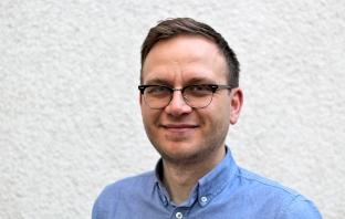 Porträtbild von Christian Ordon vor weißer Wand
