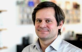 Porträt Projektmanager für Plattformprojekte Markus Engel vor verschwommenem Hintergrund