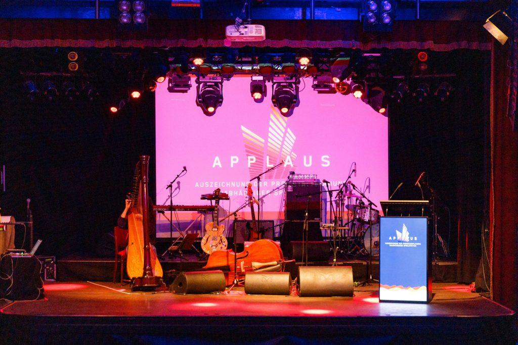Blick auf Bühne mit Instrumenten und Rednerpult