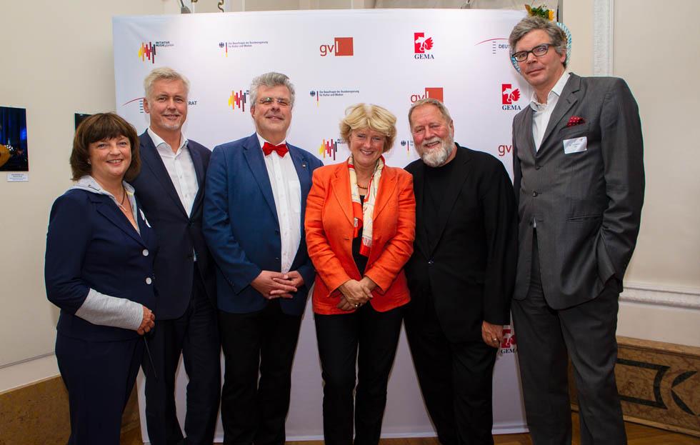 von links nach rechts: Ina Keßler (Initiative Musik), Guido Evers (GVL), Prof. Christian Höppner (Dt. Musikrat), Prof. Monika Grütters (BKM), Prof. Dieter Gorny (Initiative Musik), Dr. Tilo Gerlach (GVL) stehen vor einer Fotowand mit Logos.
