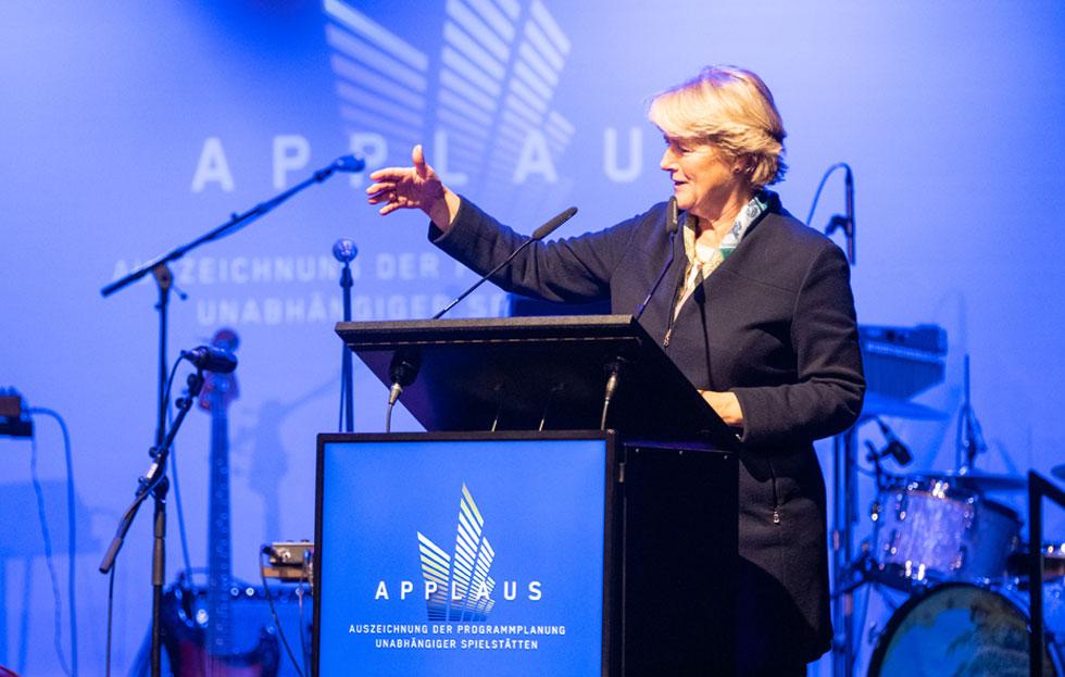 Monika Grütters steht auf der Bühne am Rednerpult